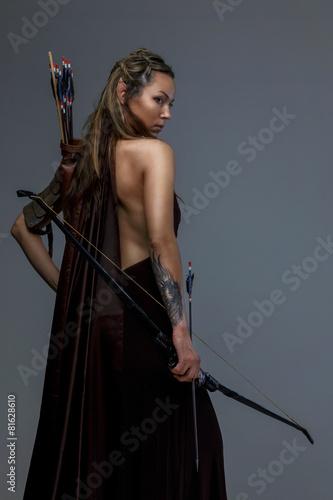 Leinwanddruck Bild Fighter woman in armor witj bow
