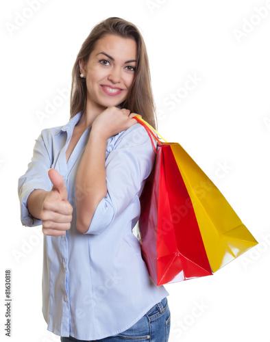 Frau mit braunen Haaren und Einkaustaschen ist zufrieden - 81630818