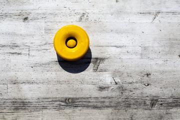 Cenicero amarillo sobre mesa vintage
