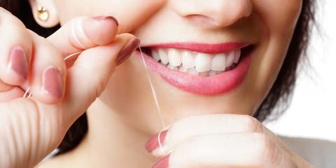 Reinigung mit Zahnseide
