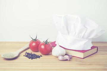 gorro de chef con libro de recetas e ingredientes