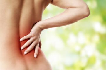 junge Frau hat Rückenschmerzen