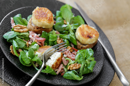 Fotobehang Salade salade de chèvre chaud mache lardons et noix 1