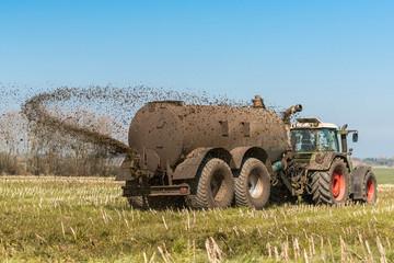 XXX - Traktor mit Güllefass auf dem Feld - 9097