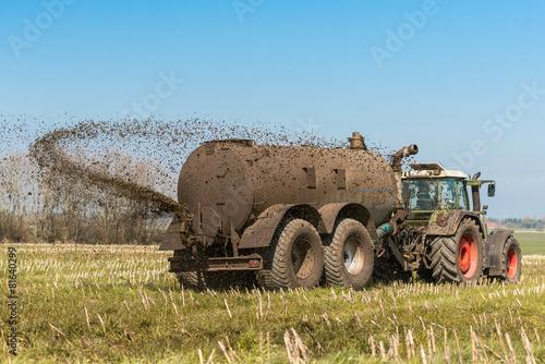 Leinwanddruck Bild XXX - Traktor mit Güllefass auf dem Feld - 9097