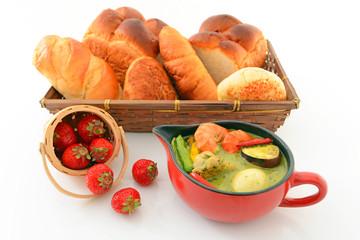 美味しそうなグリーンカレーとパン