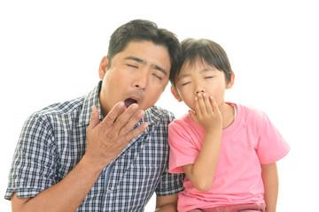 あくびをする親子