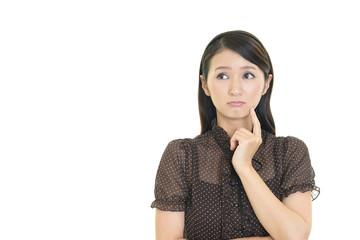 困惑した表情の女性