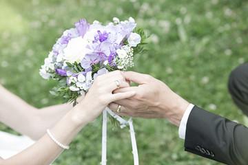 Hochzeitskarte Hände, Ringe und Brautstrauß