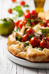Vegetarian tart with broccoli, tomato, paprica and cheese