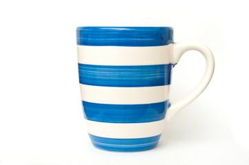 Mug avec rayures bleues sur fond blanc,