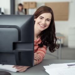 glückliche auszubildende im büro