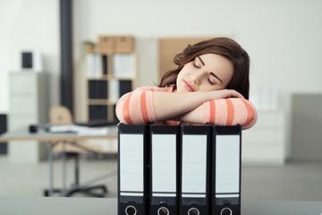 müde frau stütz sich auf aktenordner