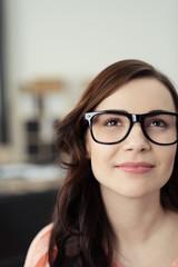 moderne junge frau mit brille
