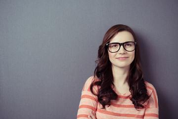 portrait einer jungen frau mit brille