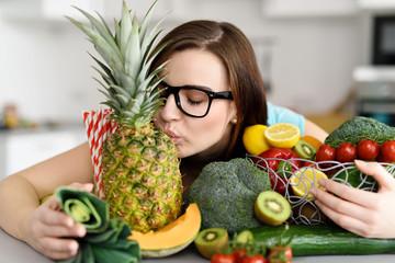 mädchen mag frisches obst und gemüse