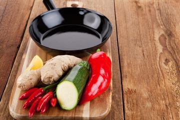 Frisches Gemüse für die Zubereitung eines Pfannengerichtes