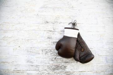 перчатки для бокса висят на стене