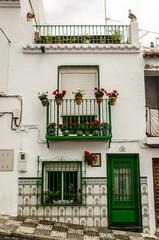 WEisses Haus mit grünre Tür in Salobrena Andalusien