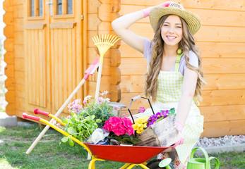 Frau bei der Gartenarbeit 2
