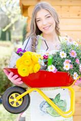 Frau bei der Gartenarbeit 3