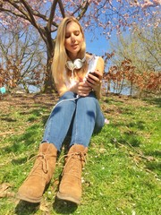 Frau mit Smartphone im Park
