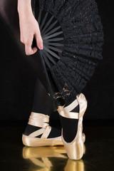 Ballerina -Tänzerin  - Beine mit Spitzenschuhe und Fächer