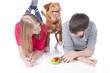Zwei Jugendliche mit Hund