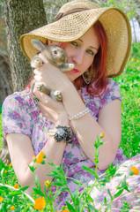 Ragazza di campagna con un coniglietto