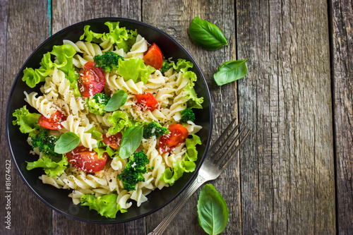 Aluminium Salade Pasta salad with cherry tomatoes and broccoli
