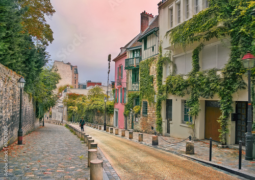 Poster Parijs street in Montmartre, Paris, in the evening
