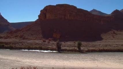 fiume in una zona desertificata del Marocco