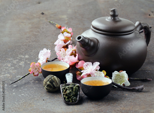 Deurstickers Thee tea set (teapot, cups and different green tea)