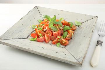 cibo vegetariano insalata pomodori e basilico