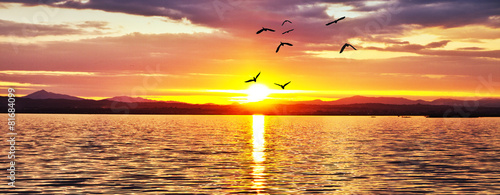 puesta de sol de colores en el mar - 81684099