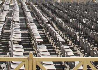 Stuhlreihen am Petersplatz