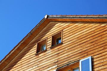 Holzhaus mit Giebelfenstern