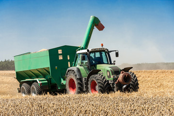 Traktor mit Umladewagen - 298758808