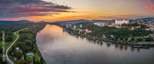 Fotobehang Rivier Bratislava Castle at Sunset