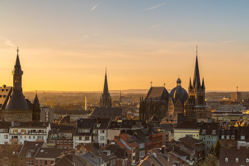 Aachen skyline zum sonnenaufgang