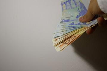 Entrega de dinero en mano
