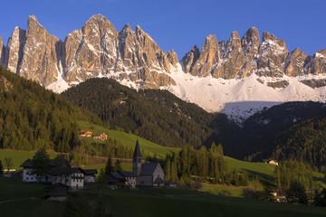 ドロミティ地方のサン・マグダレナ教会とオードレ山脈