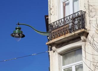 lampadaire et balcon sur façade, ciel bleu
