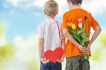 Kinder im Garten mit Geschenken