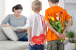 Kinder mit Geschenken
