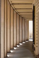 Licht und Schatten in  einem Säulengang