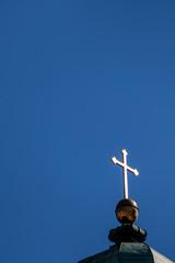 Lateinisches Kreuz auf einem Dach