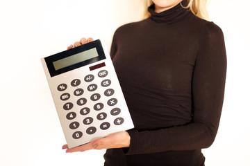Frau hält Taschenrechner in der Hand