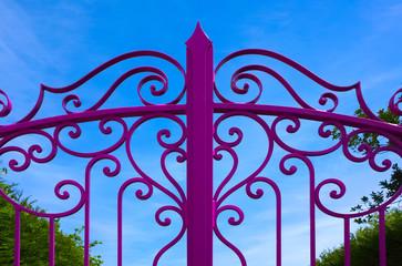 Detail eines farbig lackierten schmiedeeisernen Tores