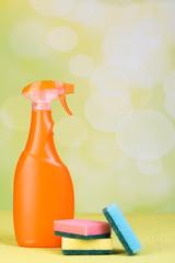 sprühflasche und schwämme